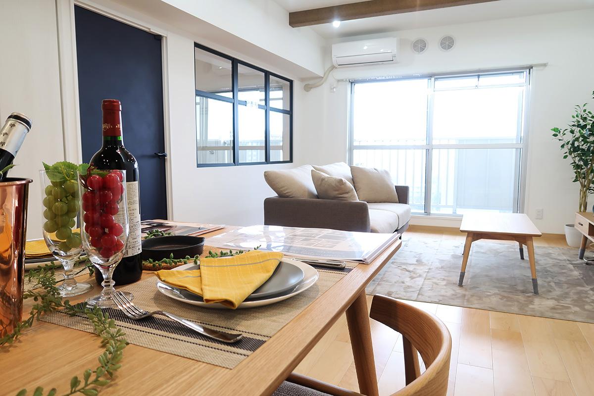 天井梁のアクセントがキッチンとリビングの風景を変える